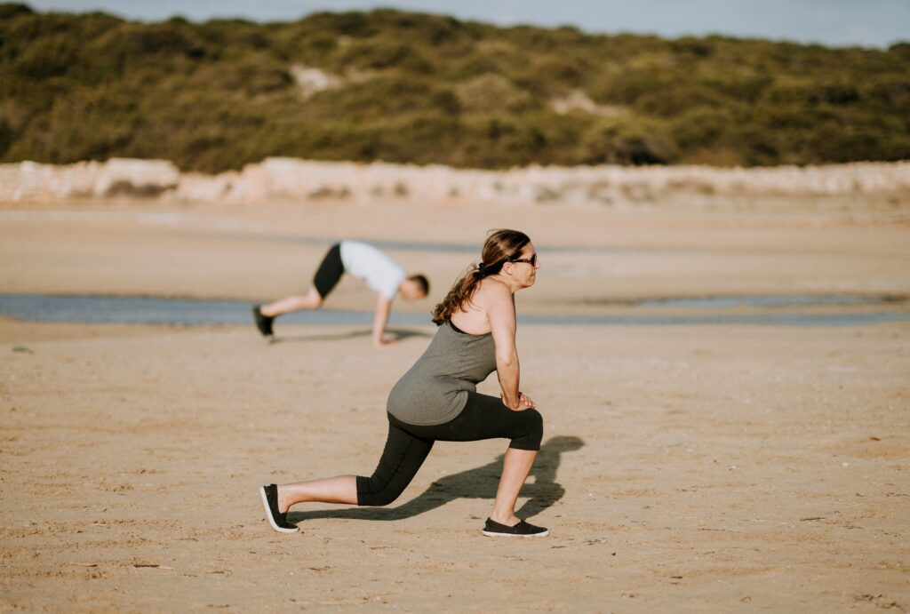 woman doing lunges as calisthenics exercise