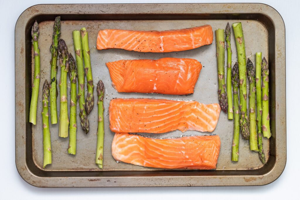 Salmon and asparagus to cook in an oven